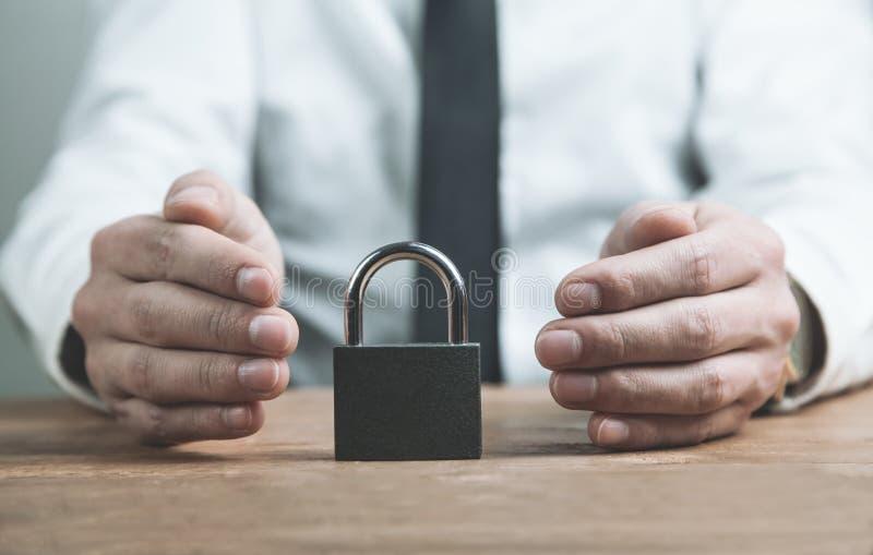 L'homme d'affaires protègent le cadenas Concept de garantie image libre de droits