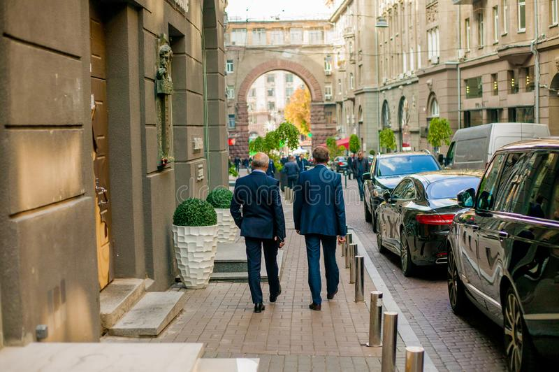 L'homme d'affaires réussi dans un costume recule dans la ville image stock