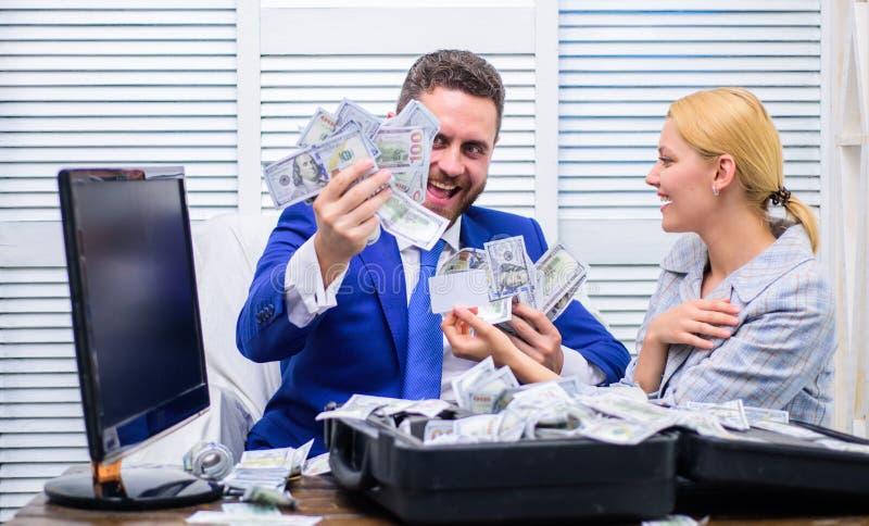 L'homme d'affaires réussi excité a ouvert une boîte avec l'argent et se réjouit dans les bénéfices Affaires, les gens, succès et  images libres de droits