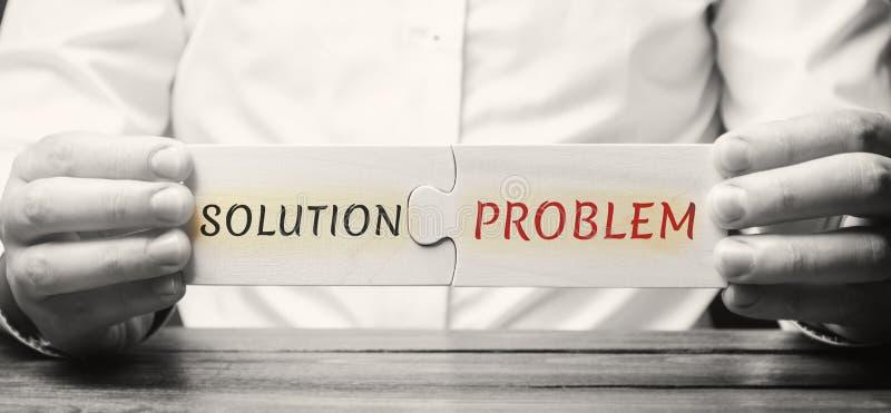 L'homme d'affaires rassemble des puzzles en bois avec le problème de solution de mot Une stratégie pour surmonter des problèmes c image stock