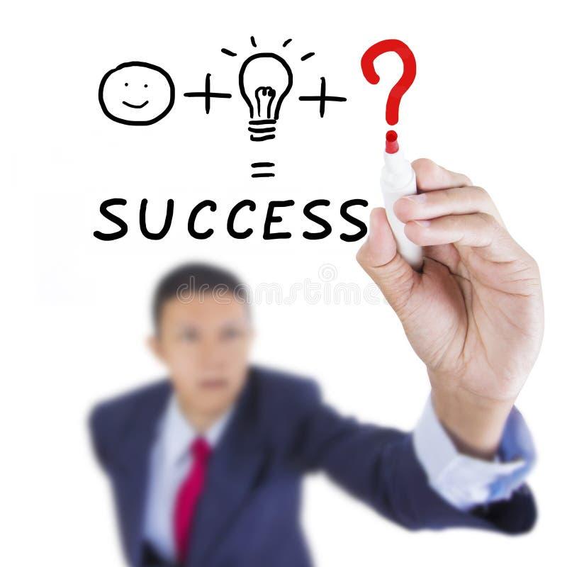 L'homme d'affaires recherchent et écrivant la chose nécessaire pour le succès image stock