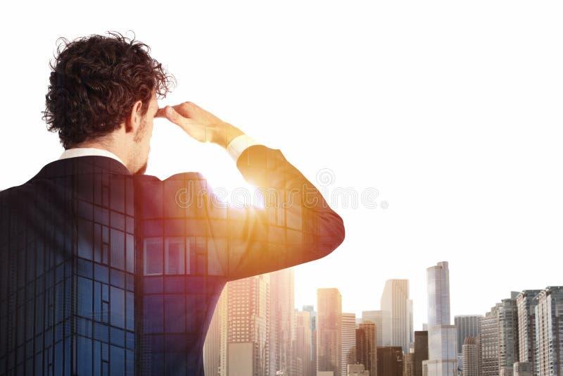 L'homme d'affaires regarde loin à l'avenir image stock