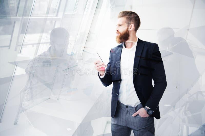 L'homme d'affaires regarde loin à l'avenir Concept d'innovation et de démarrage photos libres de droits