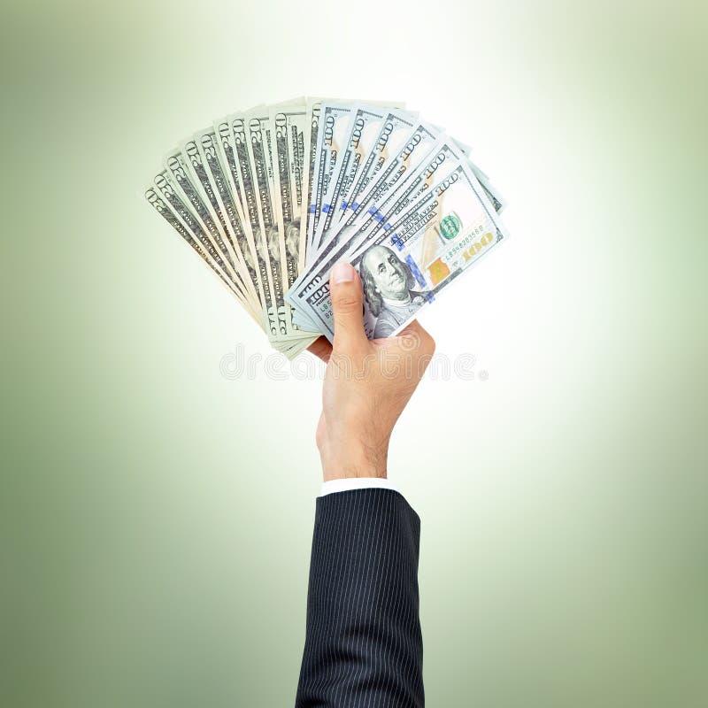 L'homme d'affaires remet donner l'argent, factures de dollar US (USD) images stock