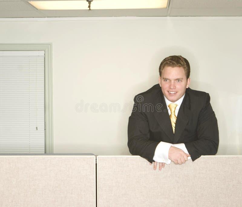 L'homme d'affaires reste en avant image stock