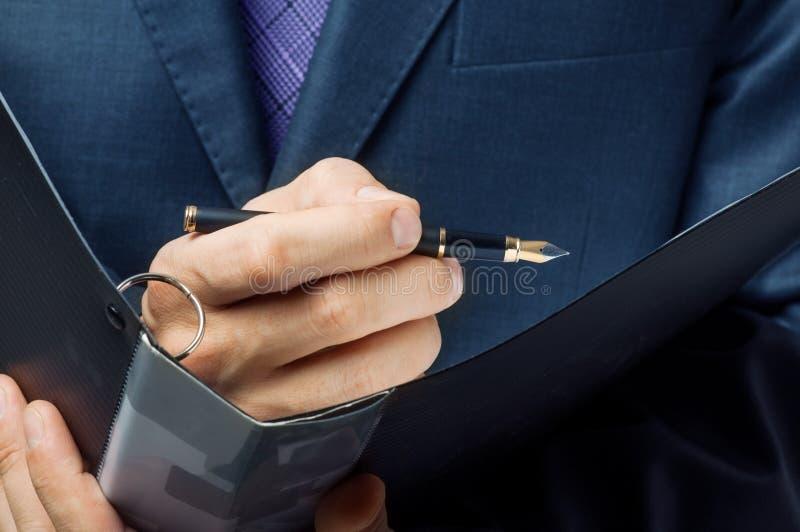 L'homme d'affaires s'inscrivent le contrat photos libres de droits