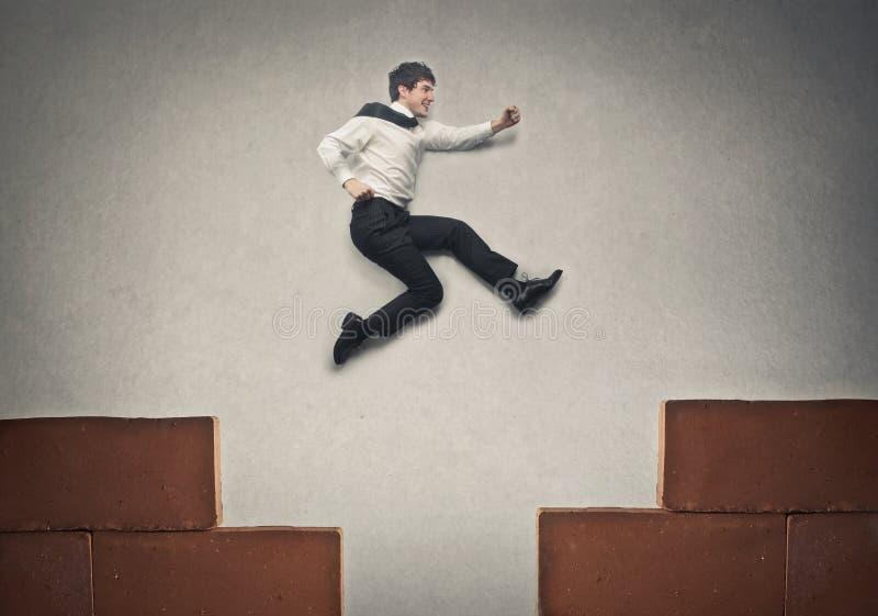 L'homme d'affaires sautant haut photos libres de droits