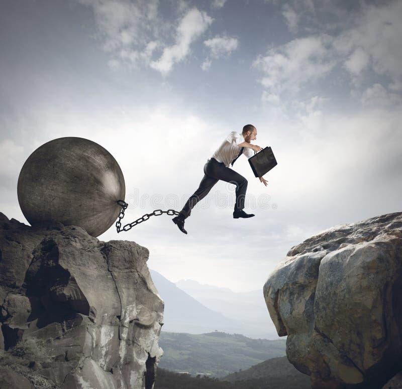 L'homme d'affaires saute l'obstacle image stock