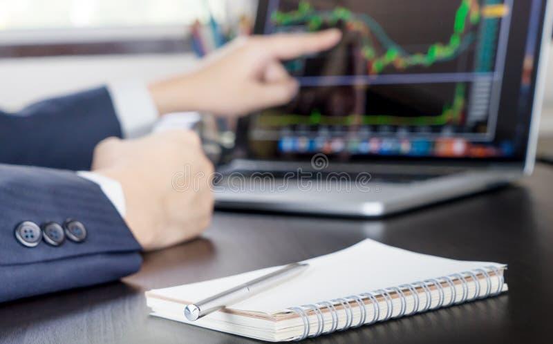 L'homme d'affaires se dirigeant heureusement aux opérations boursières monte images libres de droits