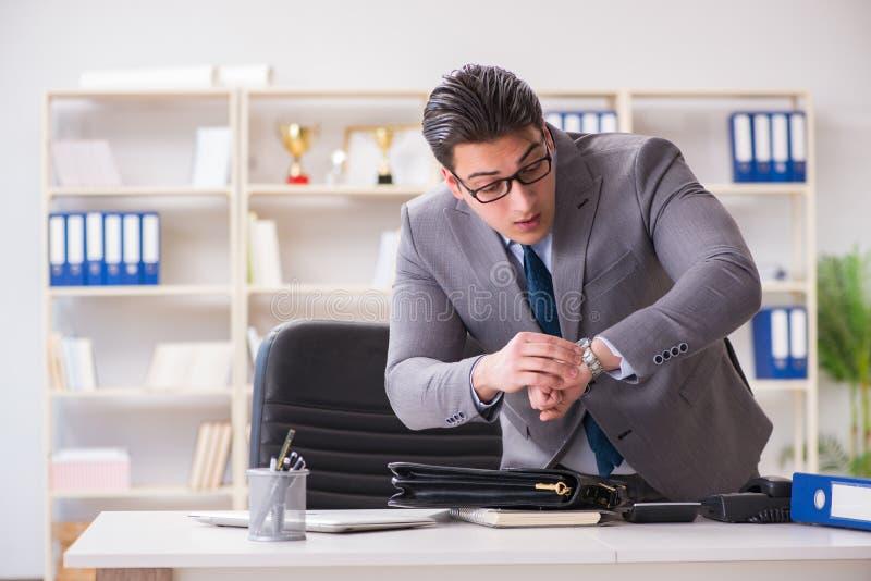 L'homme d'affaires se précipitant dans le bureau images stock