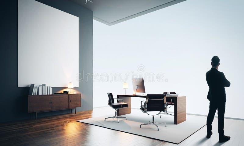 L'homme d'affaires se tient dans le bureau moderne avec une toile vide couleur photographie stock