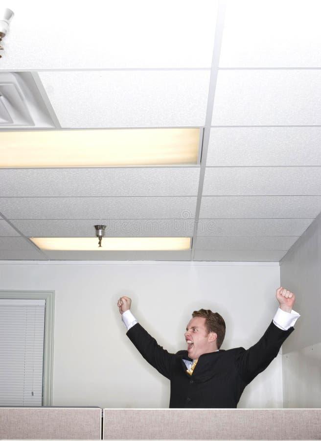 L'homme d'affaires soulève ses bras dans la réussite image libre de droits