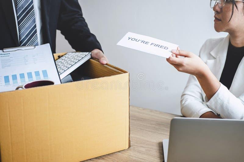 L'homme d'affaires soumis à une contrainte reçoivent la lettre mise le feu de l'employeur et des affaires de emballage et les dos image libre de droits