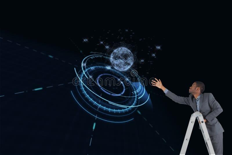 L'homme d'affaires sur une échelle essaye de toucher une planète sur le fond noir photo stock