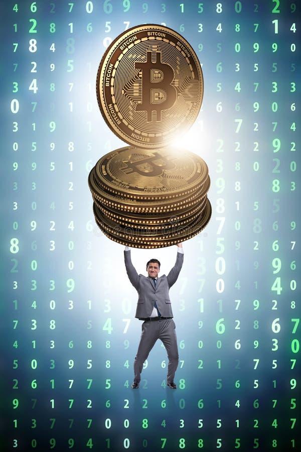L'homme d'affaires tenant le bitcoin dans le concept de blockchain de cryptocurrency image libre de droits