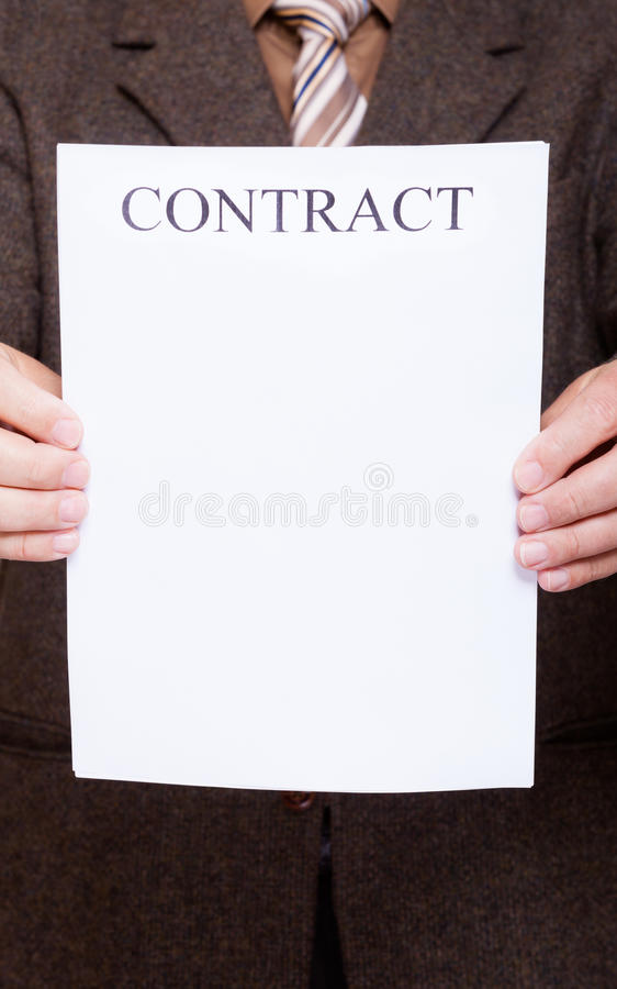 L'homme d'affaires tenant le papier blanc avec signent le contrat images libres de droits