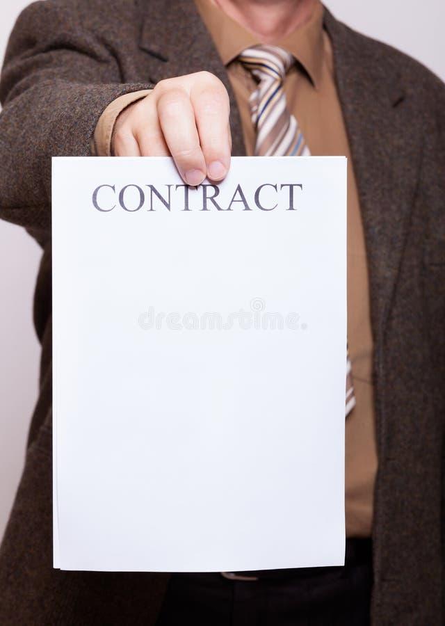 L'homme d'affaires tenant le papier blanc avec signent le contrat photo libre de droits