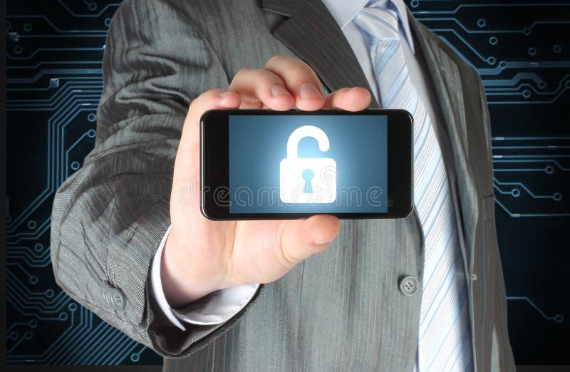 L'homme d'affaires tient le téléphone intelligent avec la serrure ouverte photos libres de droits