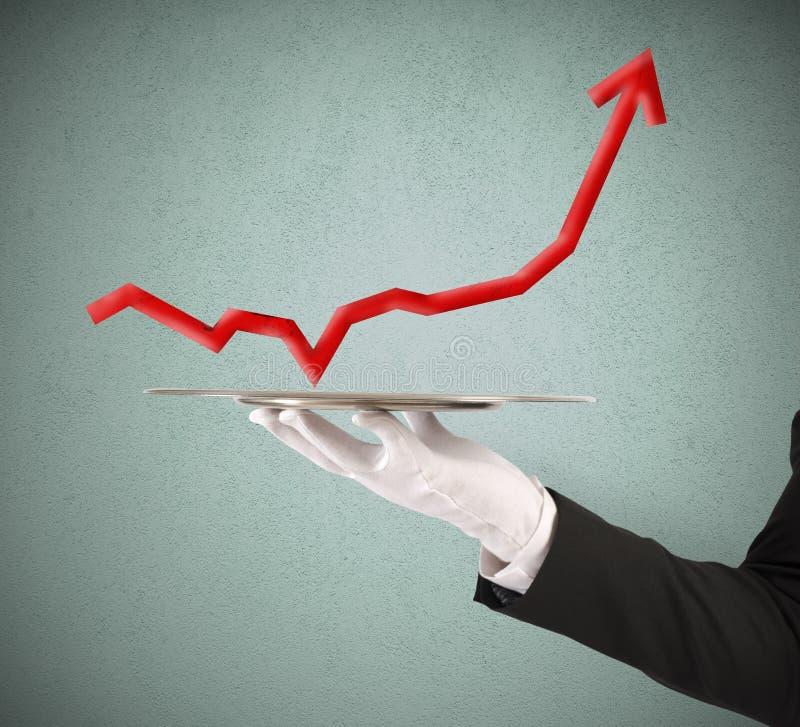 L'homme d'affaires tient un plateau avec des statistiques images stock