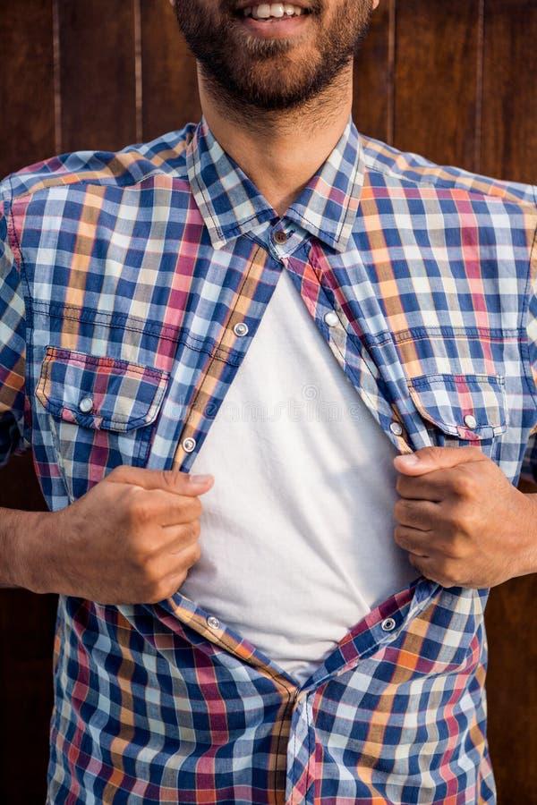 L'homme d'affaires tirant sa chemise aiment le super héros photos libres de droits