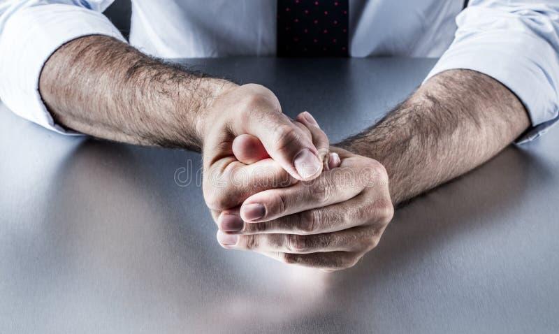L'homme d'affaires tracassé remet tenir des doigts avec la tension exprimant l'exaspération commandée image stock
