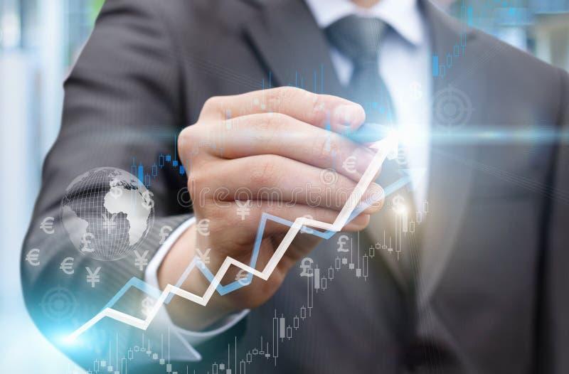 L'homme d'affaires trace un graphique de croissance des bénéfices photos stock