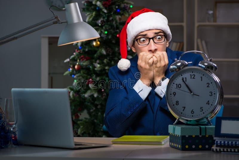 L'homme d'affaires travaillant tard sur le jour de Noël dans le bureau images libres de droits