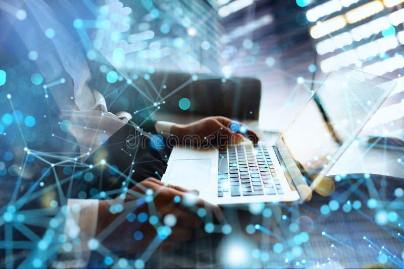 L'homme d'affaires travaille dans le bureau avec un ordinateur portable avec des effets d'Internet Concept de partager d'Internet images libres de droits
