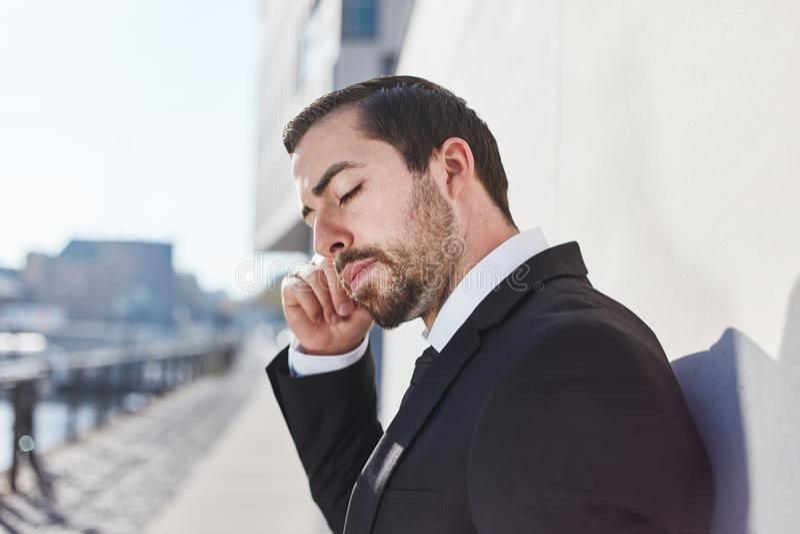 L'homme d'affaires a un problème difficile image stock