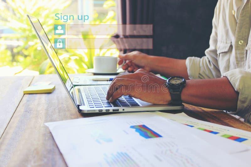 L'homme d'affaires utilisant l'ordinateur portable et s'inscrivent ou ouvrent une session le mot de passe d'username dans le sièg image libre de droits