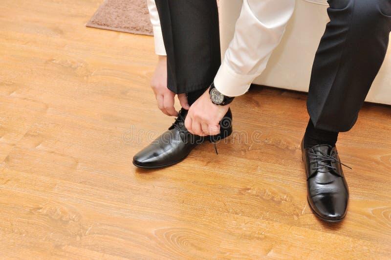 L'homme d'affaires vêtx des chaussures image libre de droits