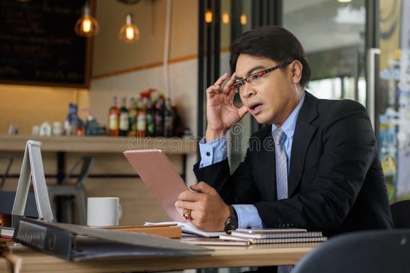 L'homme d'affaires voient la mauvaise nouvelle par le comprimé images libres de droits