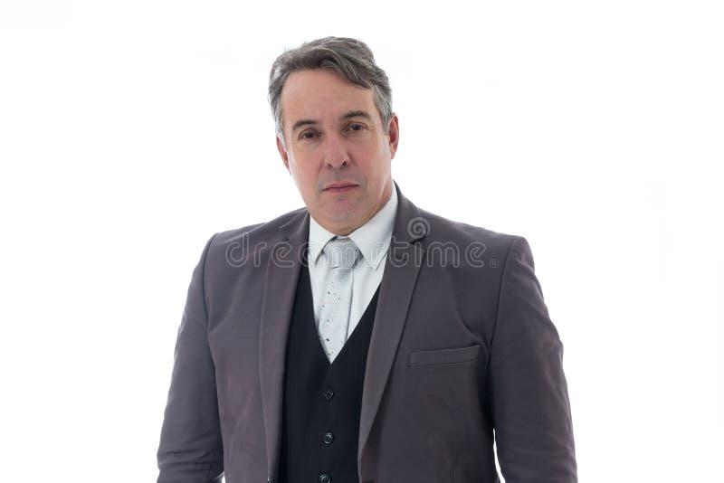 L'homme d'une chevelure gris regarde sérieusement Il a les cheveux gris et les clo sociaux photo stock