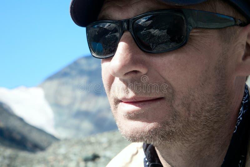 L'homme dans des lunettes de soleil photos libres de droits