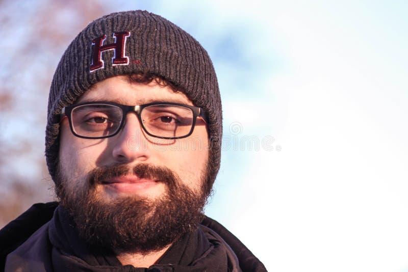 L'homme dans la neige, avec l'hiver vêtx photographie stock libre de droits