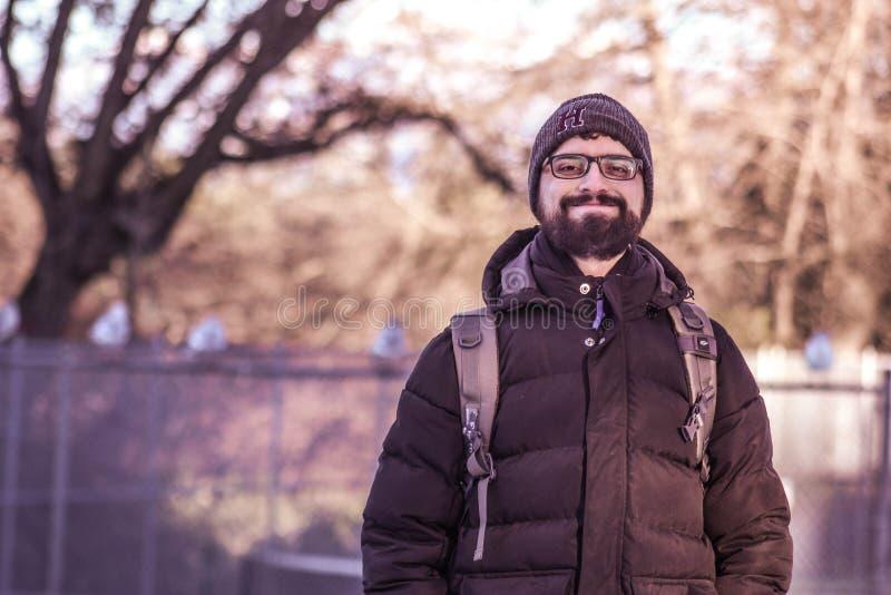 L'homme dans la neige, avec l'hiver vêtx photos libres de droits