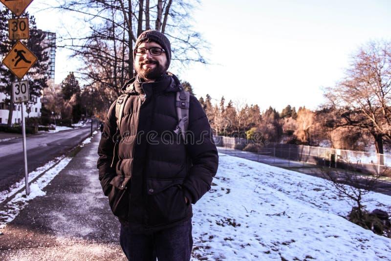L'homme dans la neige, avec l'hiver vêtx image stock