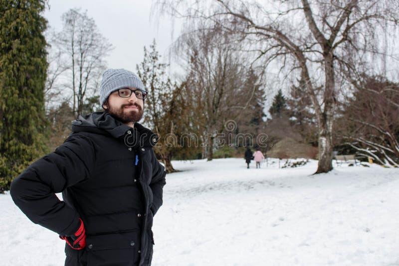 L'homme dans la neige, avec l'hiver vêtx image libre de droits
