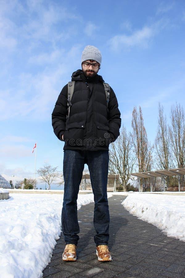 L'homme dans la neige, avec l'hiver vêtx photo libre de droits