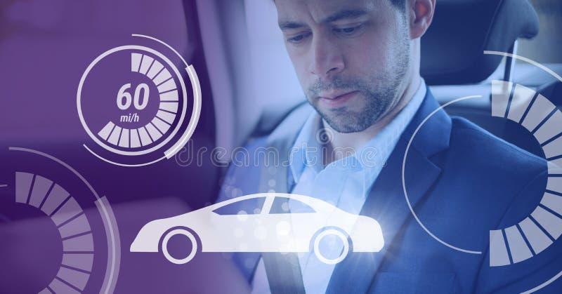 L'homme dans la voiture autonome driverless avec des têtes montrent l'interface photographie stock