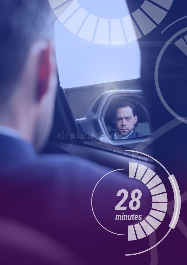 L'homme dans la voiture autonome driverless avec des têtes montrent l'interface images libres de droits