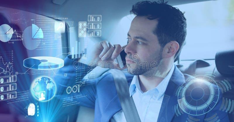 L'homme dans la voiture autonome driverless avec des têtes montrent l'interface photo libre de droits
