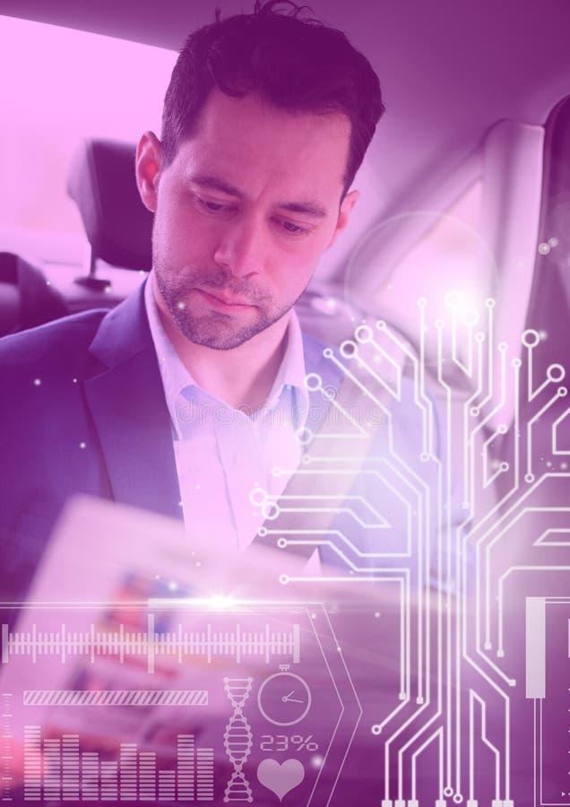 L'homme dans la voiture autonome driverless avec des têtes montrent l'interface image stock