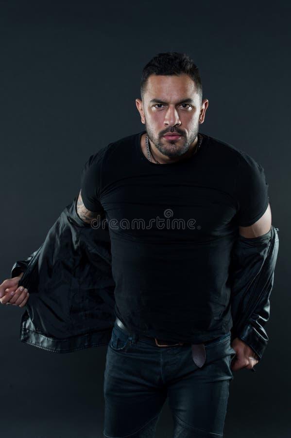 L'homme dans le T-shirt déshabillent la veste en cuir Homme barbu avec le visage sérieux Macho de mode dans des vêtements de styl photos stock