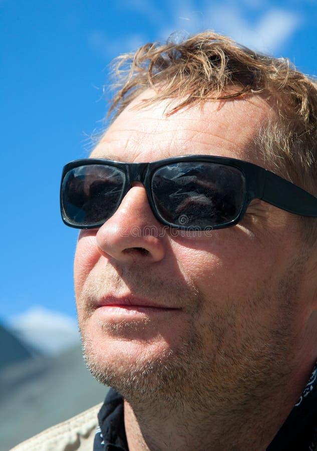L'homme dans les lunettes de soleil photographie stock