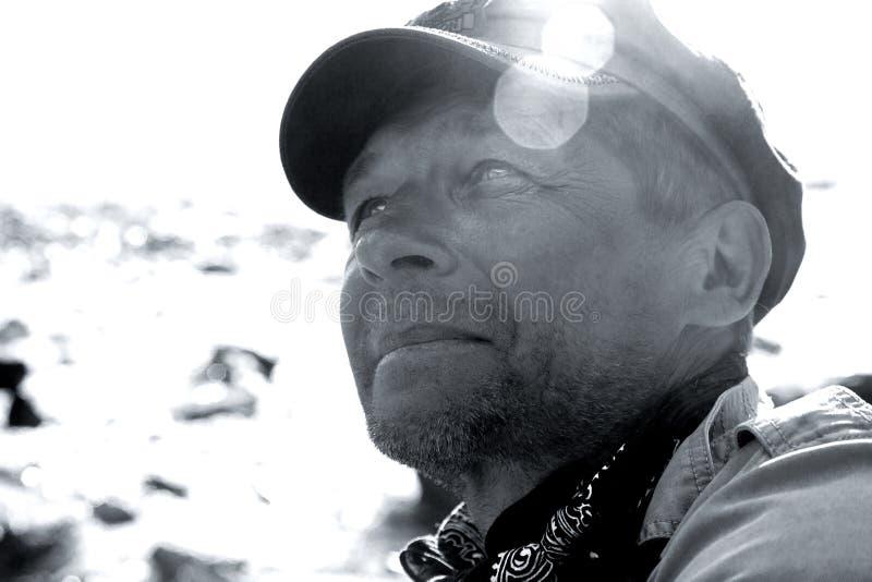 L'homme dans les montagnes photographie stock