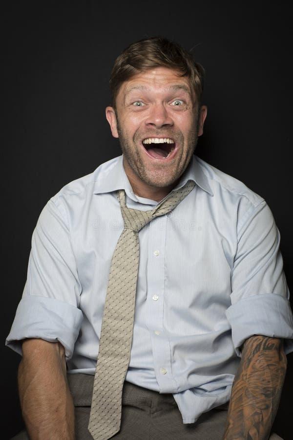 L'homme dans un costume est très heureux photo libre de droits