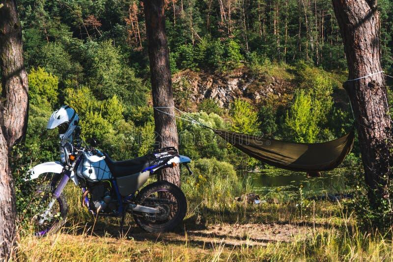 Je m'arrête là L-homme-dans-un-hamac-sur-la-montagne-de-for%C3%AAt-pin-voyageur-ext%C3%A9rieur-d%C3%A9tendent-enduro-outre-moto-route-camping-143239324