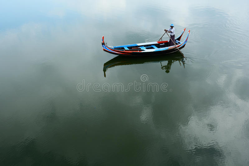 L'homme de bateau au lac Tayngthaman image libre de droits