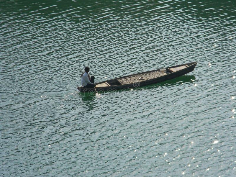 L'homme de bateau, pensant tout en conduisant image stock